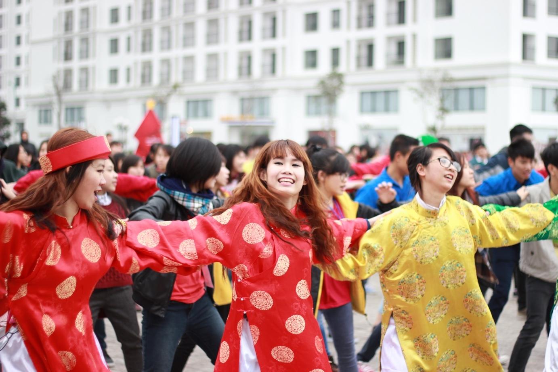 Áo dài, khăn xếp nhảy flashmob chào Xuân