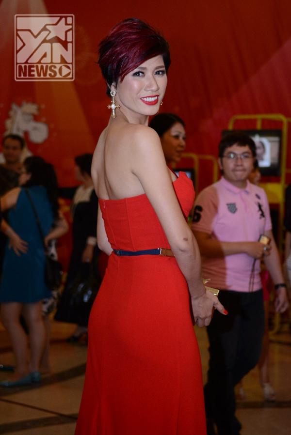 Trang Trần diện đầm đỏ nổi bật dự tiệc cùng trai lạ