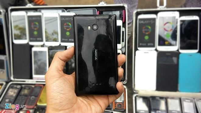 Thiết kế nguyên khối của dòng Lumia dễ dàng bị nhái theo, nhưng sử dụng chất liệu nhựa thường thay vì polycarbonate.