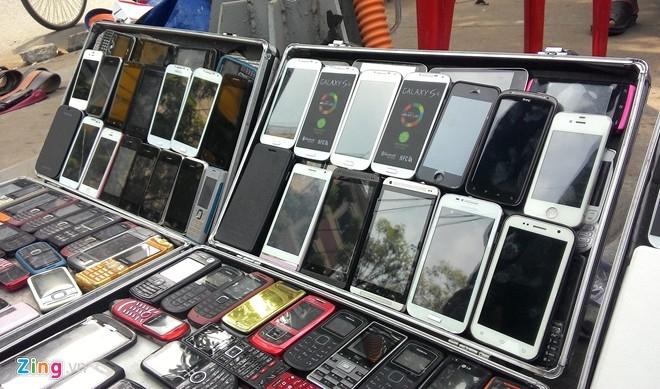 Ngoài các model Android, iPhone 4 và iPhone 5 nhái cũng được bày bán tràn lan. Những mẫu điện thoại này vốn xuất hiện từ khá lâu và được bán với giá từ 1,5 đến 3 triệu đồng.