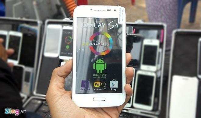 Chiếc Gaxlay S4 này dễ khiến người mua nhầm với Galaxy S4 của Samsung. Máy chạy Android và có thể truy cập kho ứng dụng Play Store như các model thông thường.