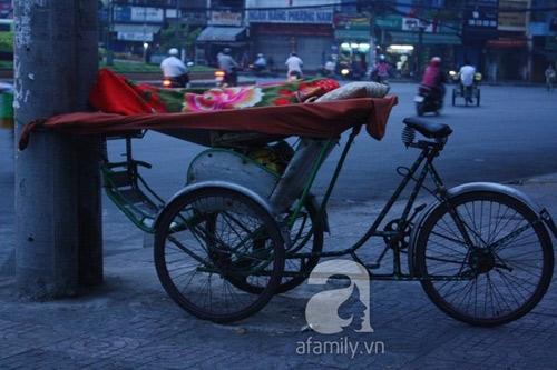 Những người đạp xích lô, ngủ đêm ngoài đường khác tại vòng xoay ngã bảy.