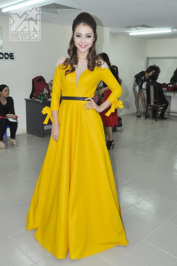 Nữ MC chính của chương trình lộng lẫy trong chiếc váy màu vàng khiến không ít người trầm trồ thán phục. - Tin sao Viet - Tin tuc sao Viet - Scandal sao Viet - Tin tuc cua Sao - Tin cua Sao