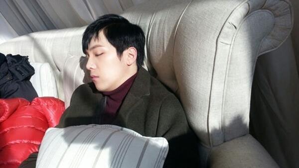 """Lee Hong Ki đã tweet một bức ảnh anh đang ngủ """"Thời tiết đang rất lạnh """""""