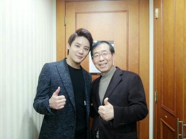 """Kim Junsu đã tweet một bức ảnh với một vị khách đặc biệt """"Thị trưởngPark Won Soon , một vị khách đặc biệt đã tới buổi ca nhạc!!! Tôi đã được nói chuyện với ông ấy, Cám ơn ông!! """""""