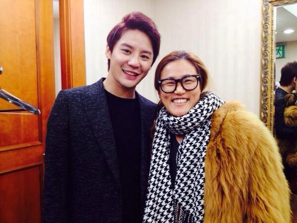 """Nhiếp ảnh giaZo Sun Hi khoe ảnh chụp cùng Junsu tải một buổi ca nhạc """"Nhạc của tháng 12~~~ sự chuyển giao âm nhạc của đất nước ngày đầu năm ~~~ Sự pha trộn của nghệ thuật ~~~ Bài hát củaKim Kwang Suk được thể hiện một lần nữa bởiJunsu, thật tuyệt vời!!!!! """""""