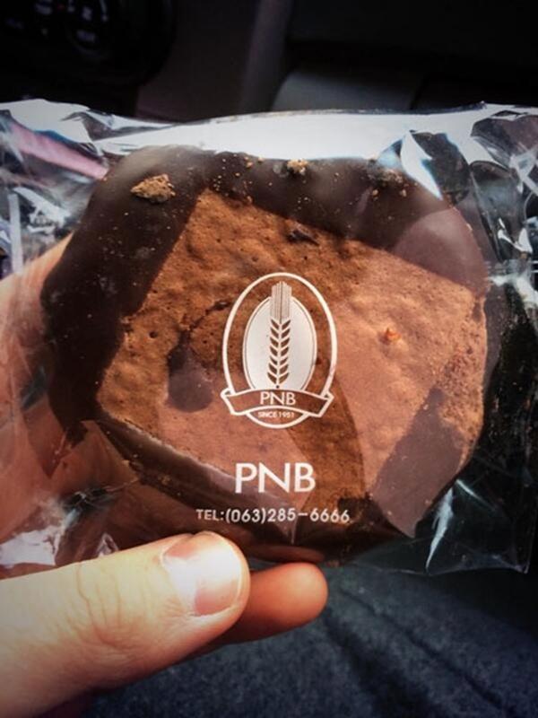 Chansung với thích thú với chiếc bánh ngọt PNB