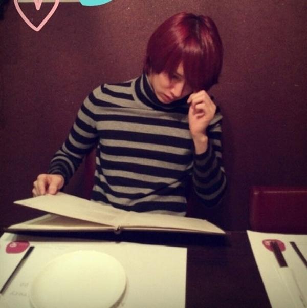 Kim Heechul với mái tóc mới của mình, tuy nhiên nó đang khiến anh hơi khó chịu