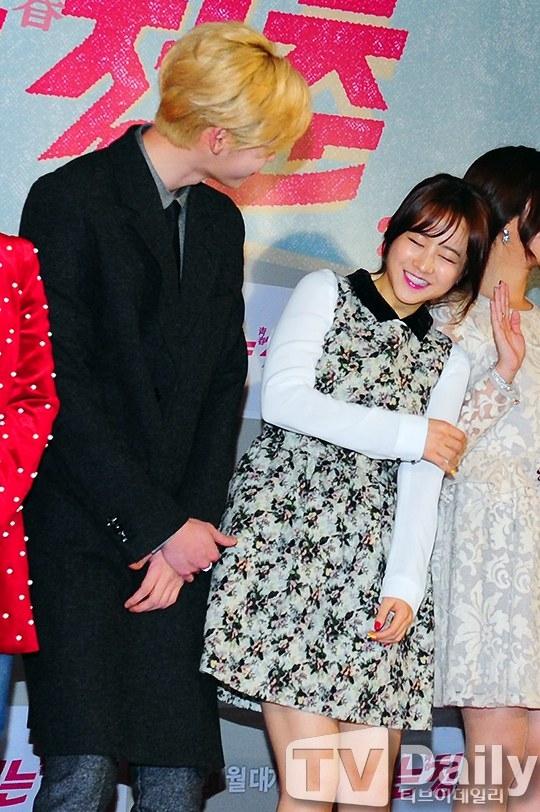 Lee Jong Suk và Park Bo Young cười đùa trong buổi họp báo