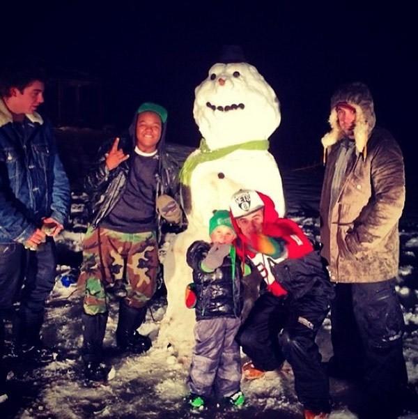 Jaxon được anh trai dẫn đi chơi tuyết