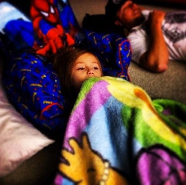 Justin khoe ảnh khi xem tivi cùng Jazzy