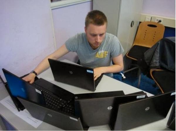Khối lượng công việc nhiều cỡ nào mà phải dùng đến 6 laptop cùng lúc nhỉ?!