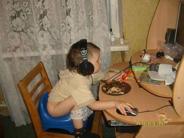 Game thủ nhí này có vẻ rất bận rộn không có thời gian ăn uống gì cả.