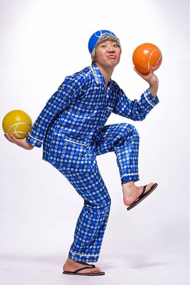 Ông già Trấn Thành dù đã quá tuổi nhưng vẫn trẻ trung, năng động, tự tin tạo dáng bên quả bóng... - Tin sao Viet - Tin tuc sao Viet - Scandal sao Viet - Tin tuc cua Sao - Tin cua Sao