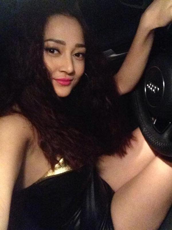 """Bảo Anh """"khoe"""" ảnh tự lái xe đi diễn, khá ngạc nhiên khi trong bức ảnh này nữ ca sĩ trẻ còn """"ngầm khoe"""" mình đã đổi ...siêu xe hàng tỷ."""