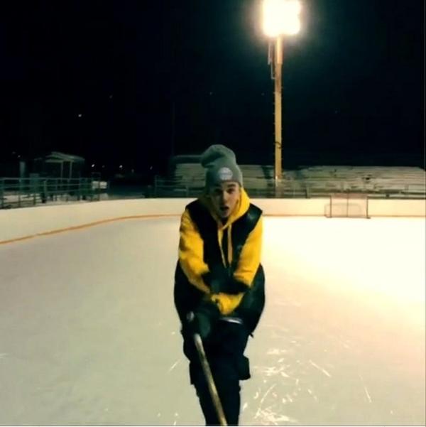 Justin Bieber đang trượt tuyết