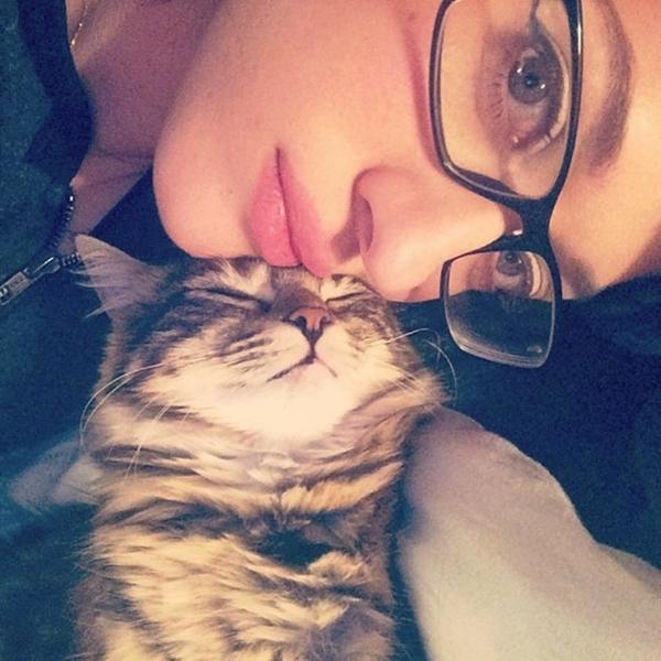 Kat Dennings quấn quít với thú cưng của mình
