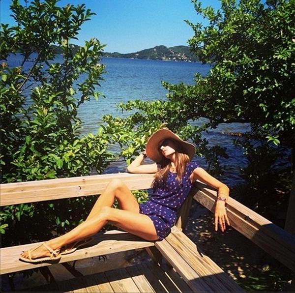 Alessandra Ambrosio toả sáng dưới ánh nắng mặt trời