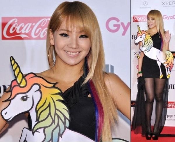 Một thiết kế khác của Jeremy Scott khiến CL của 2NE1 như mang theo đồ chơi là thú nhồi bông đến tham dự lễ trao giải SBS Gayo Daejun 2011.