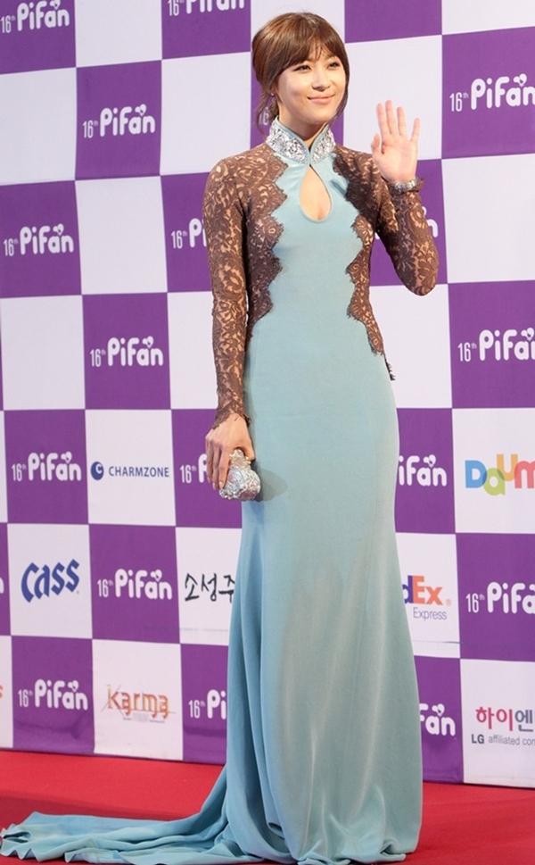 Sự kết hợp giữa 2 màu sắc nhờ nhờ đã biến bộ đầm của Ha Ji Won tại liên hoan phim PiFan lần thứ 16 có phần quê mùa.