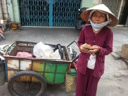 Bà cụ bán ve chai này nhất định không chịu ăn cơm miễn phí tại quán.