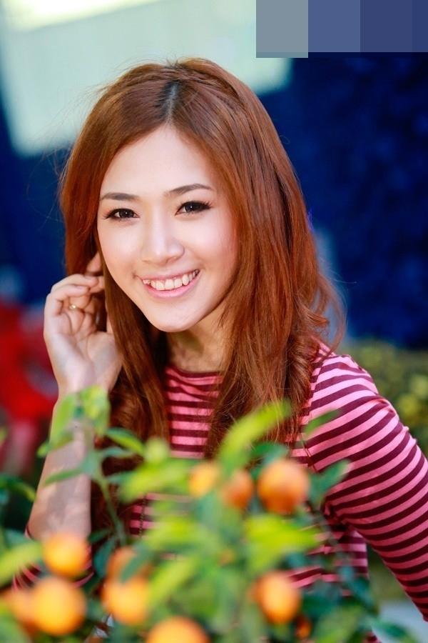 """Gương mặt khả ái của hot girl Hà Min càng thu hút hơn khi cô nàng cười khoe chiếc răng """"lửng lơ"""" duyên dáng."""