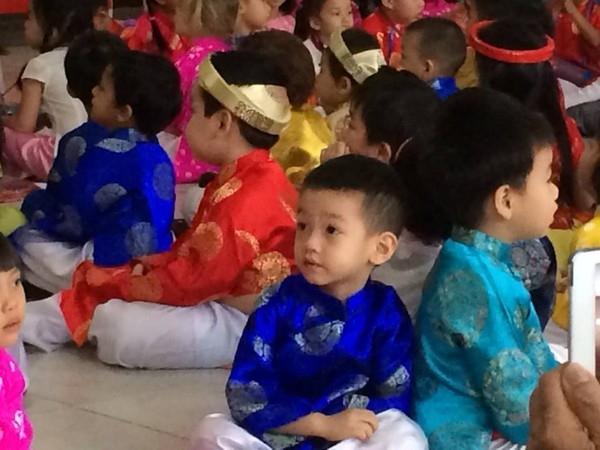 """""""Cục cưng"""" nhà Hà Hồ cực kỳ đáng yêu trong bộ áo dài truyền thống bên cạnh các bạn cùng lớp."""