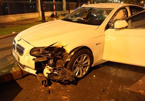 Xe của siêu mẫu đã đâm vào một gốc cây cổ thụ ven đường. - Tin sao Viet - Tin tuc sao Viet - Scandal sao Viet - Tin tuc cua Sao - Tin cua Sao