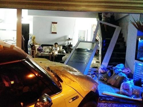 Do lạc tay lái nên Nguyên Vũ đâm xe vào nhà một người dân khi đang trên đường đi quay phim về. Vụ tai nạn chỉ bị thiệt hại lớn về tài sản, không ai bị thương. - Tin sao Viet - Tin tuc sao Viet - Scandal sao Viet - Tin tuc cua Sao - Tin cua Sao