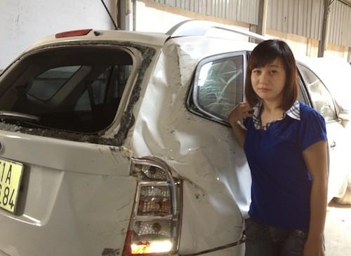 Nữ diễn viên hài Cát Phượng bên chiếc xe hơi gần như tan nát của mình vì tai nạn trên đường đi diễn. Tài xế của cô đã không kiểm soát được khi xe đi vào một đoạn đường khá xấu, dẫn đến cả chiếc xe lao vào hàng rào nhà dân. - Tin sao Viet - Tin tuc sao Viet - Scandal sao Viet - Tin tuc cua Sao - Tin cua Sao