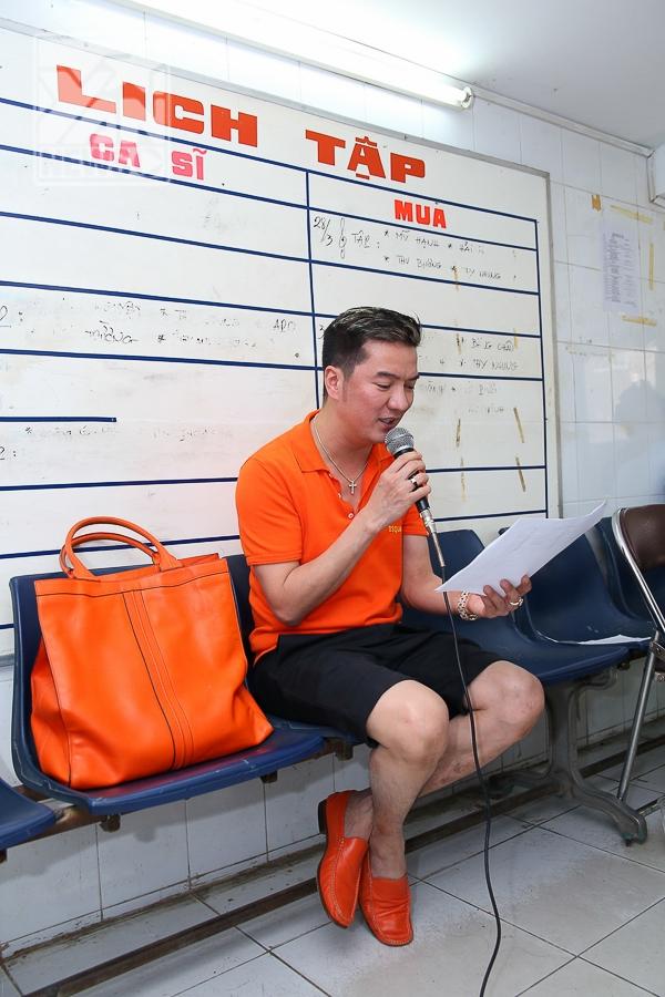 Đàm Vĩnh Hưng diện trang phục màu cam nổi bật tập nhạc cùng học trò - Tin sao Viet - Tin tuc sao Viet - Scandal sao Viet - Tin tuc cua Sao - Tin cua Sao