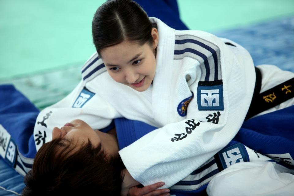 """""""Nữ cảnh vệ"""" Park Min Young có buổi dạy võ judo cho chàng """"tiến sĩ Nhà Xanh"""" Lee Min Ho trong City Hunter"""