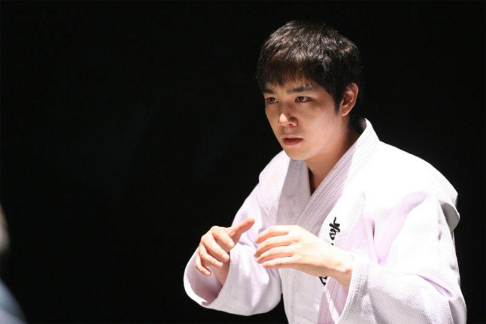 Bạn cùng nhóm với Shindong, Kang In cũng có dịp diện võ phục trong Attack on the Pin-Up Boys
