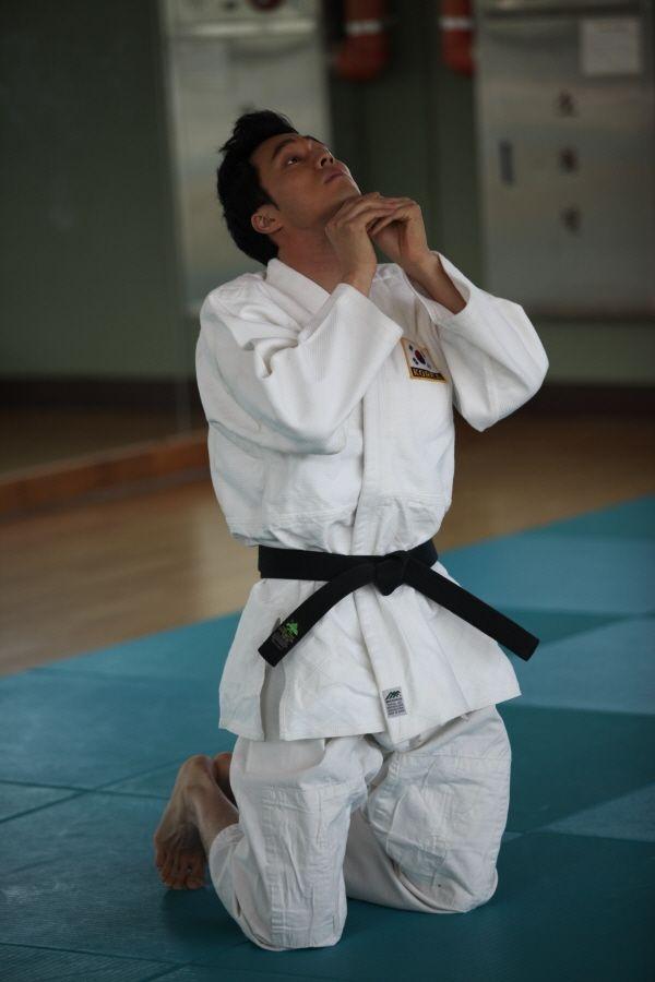 So Ji Sub khởi động kỹ càng cho cảnh quay đấu võ trong Ghost