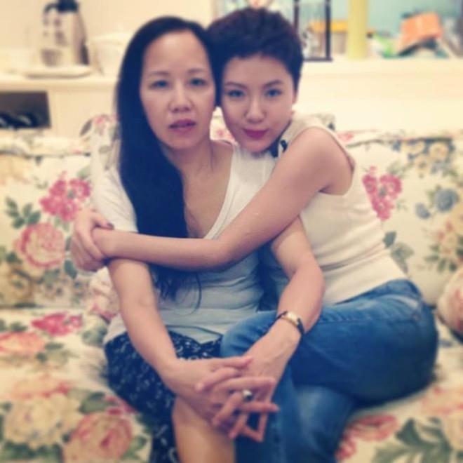 """Phương Linh hạnh phúc khoe ảnh tình cảm bên mẹ lên trang cá nhân. Rất nhiều người hâm mộ đã ấn nút """"like"""" và thốt lên đầy kinh ngạc vì mẹ cô quá trẻ đẹp."""