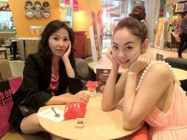 Minh Hằng chụp ảnh xì-tin bên người mẹ trẻ trung của mình.