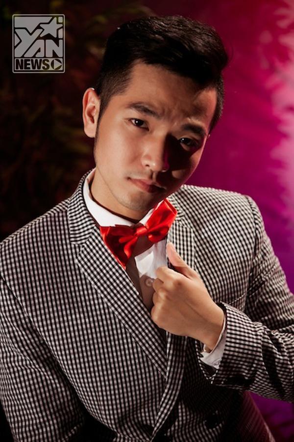 Phạm Hồng Phước đỏm dáng hát hội chợ mừng Xuân