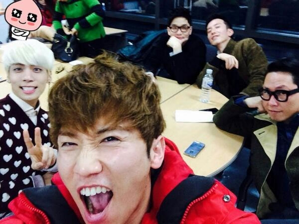 """Jonghyun của SHINee đã tweet một bức ảnh với một số tên tuổi lớn trong âm nhạc, trong đó có Lee Juck, Yoo Hee Yeol, Yoon Jong Shin và Yoon Se Yoon: """"Vẫn trò chuyện như một cơn bão trong phòng khách của chúng tôi ㅎ ㅎ. Nó không phải là khó khăn hoặc tất cả những gì đặc biệt, nhưng tôi nhận ra một lần nữa âm nhạc là cuộc sống của tôi... Đã rất nhiều niềm vui trong suốt buổi ghi âm! Tôi nghĩ rằng chương trình sẽ thành công! Mong chờ nó ... ㅎ ㅎ""""."""