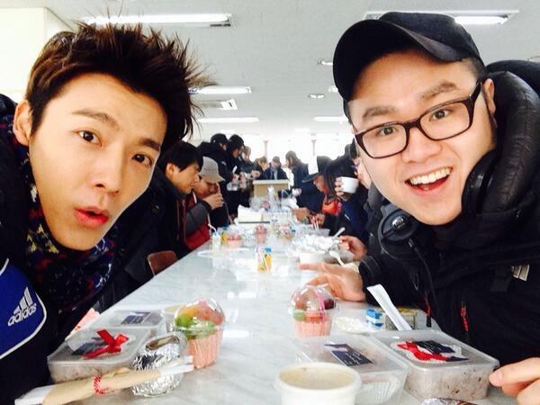"""Anh cũng đã đăng một bức ảnh """"tự sướng"""" với đạo diễn của bộ phim: """"Với đạo diễn Kim Jin Moo! Yo! Chúng tôi sẽ cùng ăn trưa!""""."""