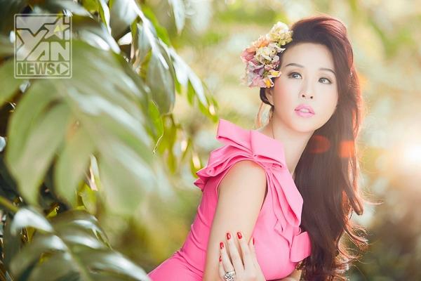 Ngắm hoa hậu Thu Hoài xinh tươi rạng rỡ tựa thiếu nữ đôi mươi