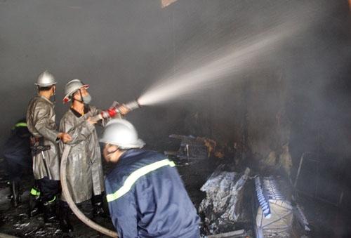 Cảnh sát chữa cháy tích cực dập lửa tại phim trường VTV. Ảnh: An Nhơn