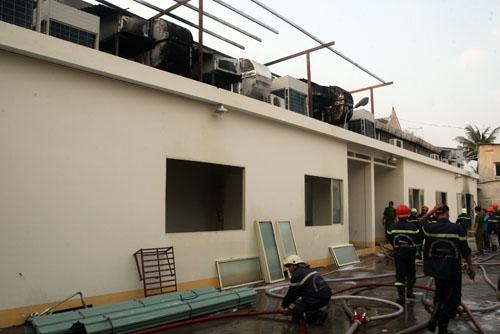 Nguyên nhân hỏa hoạn là do thợ hàn dàn máy lạnh phía ngoài phim trường. Ảnh: An Nhơn