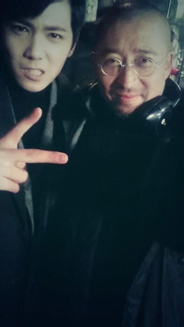 Lee Hong Gi vui đùa với giám đốc của mình.
