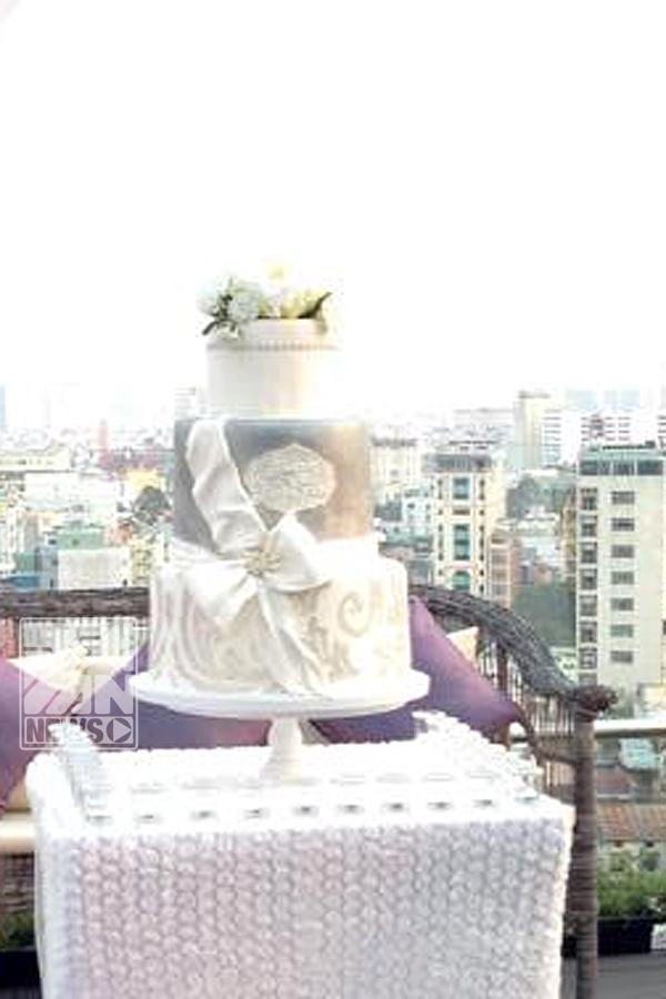 Tiệc cưới có 2 tông màu chủ đạo là trắng và tím, bánh cưới đơn giản xinh xắn.