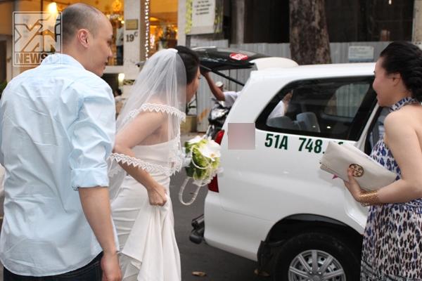 """Cô dâu Quỳnh Trâm được bạn bè """"giải vây"""" để nhanh chóng tiến vào tòa nhà."""