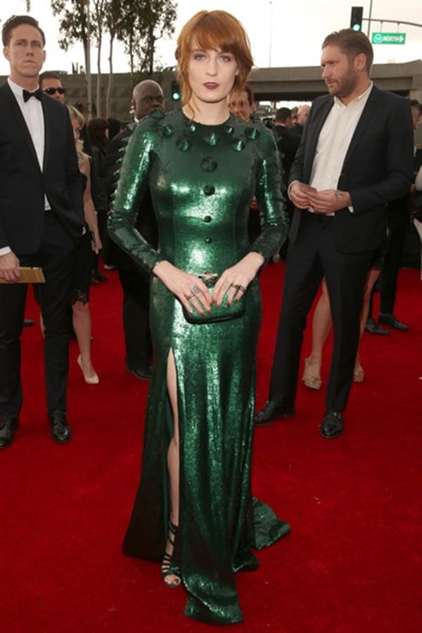 Florence Welch mặc bộ trang phục trông như một con khủng long vào lễ grammy năm 2013.