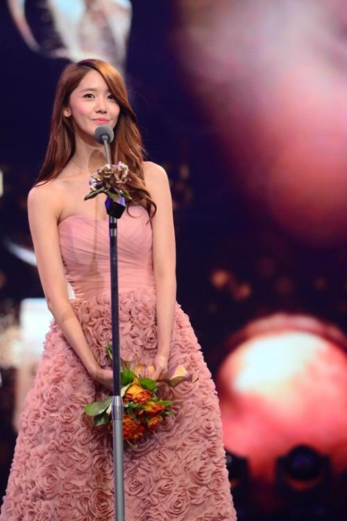 Yoona thánh thiện và xinh đẹp trong lể trao giải KBS Entertainment Awards 2012