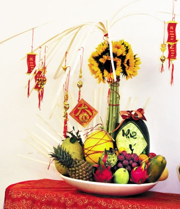 Mâm ngũ quả có giá 2,5 triệu đồng gồm 10 loại quả, bao lì xì, hoa trang trí.
