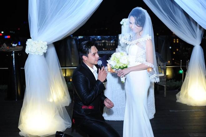 Khoảnh khắc Baggio không giấu được sự xúc động khi quỳ xuống và trao nhẫn cưới Quỳnh Trâm.