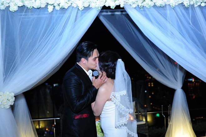 Cặp đôi trao cho nhau nụ hôn nồng nàn đánh dấu một bước ngoặt lớn trên con đường tình yêu.